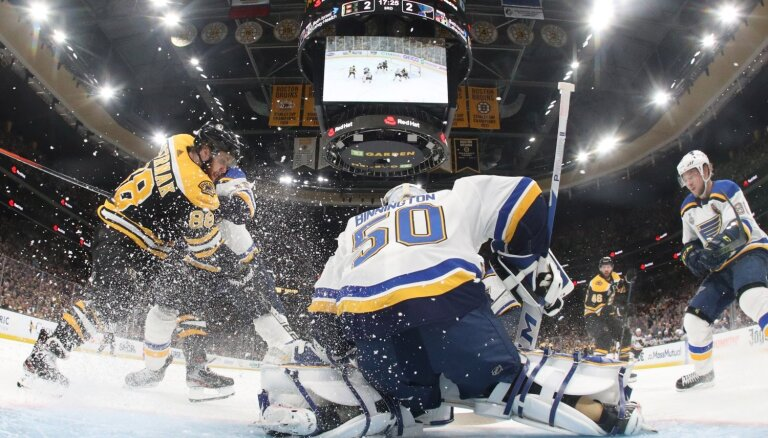 'Bruins' Stenlija kausa finālsērijas ievadā uzvar 'Blues'