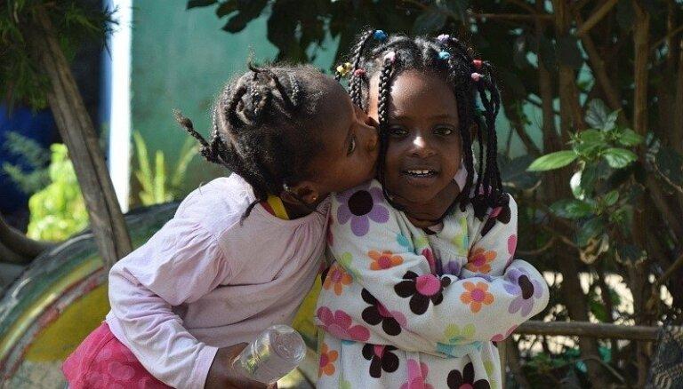 20 bērni 30 gadu vecumā. Kā latviešu ceļotāji ciemojās Etiopijas nabadzīgāko bērnu skolā pie 'supermammas'