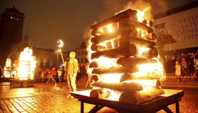 Foto: Uguns plosta laišana Daugavā