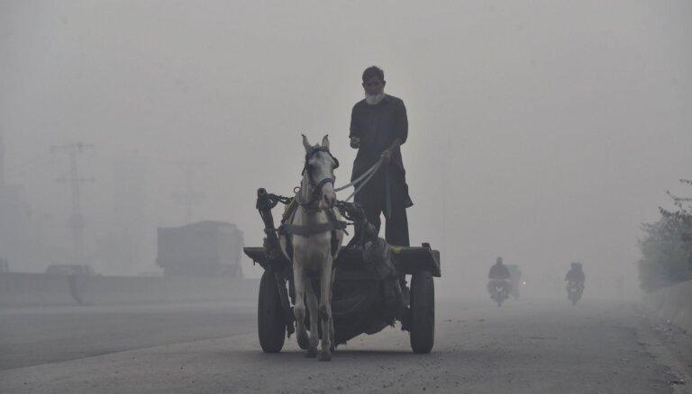Foto: Smogs Pakistānā ieskauj pajūgus, motociklus un tirgotājus