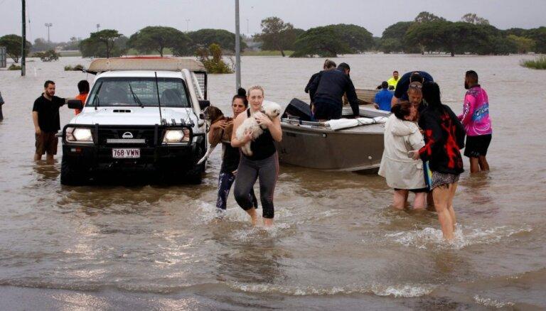 Plūdu dēļ pilsētas Austrālijā ielās brīvi pārvietojas krokodili un čūskas