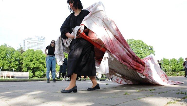 Foto: Pastaiga ar provokāciju – Rīgas centrā notikusi mākslinieces Ances Vilnītes performance