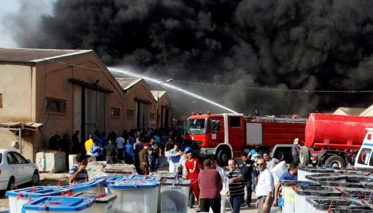 Foto: Irākā pirms balsu pārskaitīšanas ar melniem dūmiem deg biļetenu noliktava