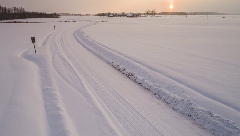 Šorīt autoceļi Latvijā sniegoti un apledo, tīrīšanas darbos iesaistītas 192 ziemas tehnikas vienības