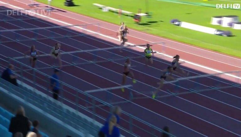 Video: Ikauniece-Admidiņa piedzīvo kritienu Igaunijas čempionātā