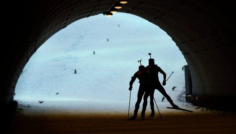 Pēc veiksmīga sākuma Latvijas biatlonisti atkal tiek apsteigti par apli PK posma stafetes sacensībās