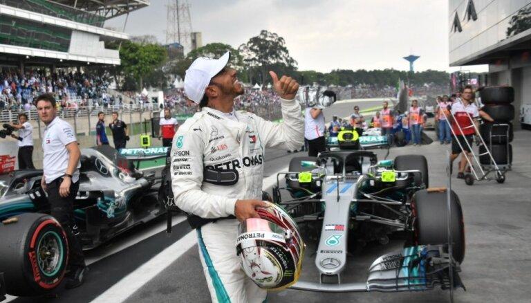 F-1 čempions Hamiltons Brazīlijas 'Grand Prix' sāks no pirmās starta vietas