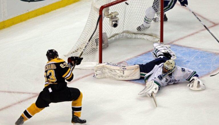 Negaidīti graujošu uzvaru NHL finālsērijā gūst 'Bruins' hokejisti