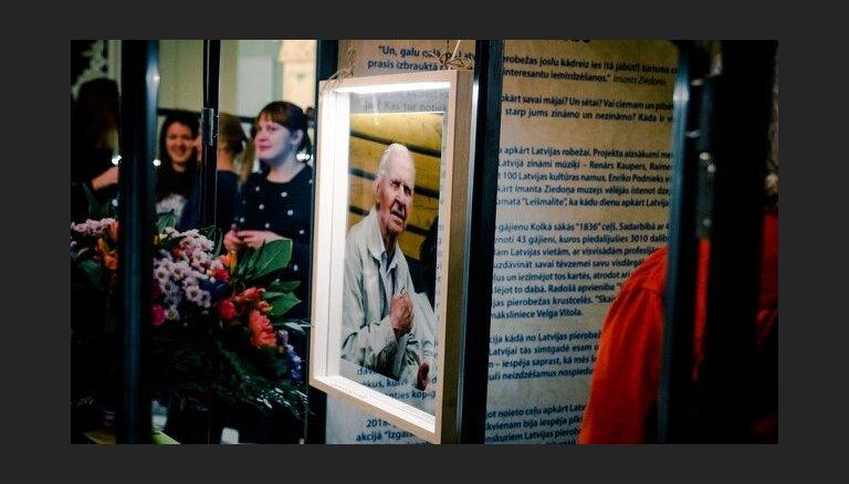 Gaismas pils simtgadi ieskandinās ceļojošā izstāde 'Izgaismot Latviju'