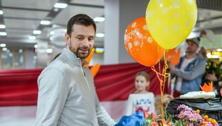 ФОТО: Дукурсов торжественно встретили по прилету с чемпионата мира