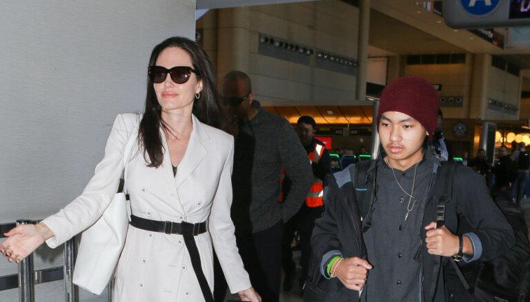 Foto: Džolija ar bērniņiem žilbina lidostā