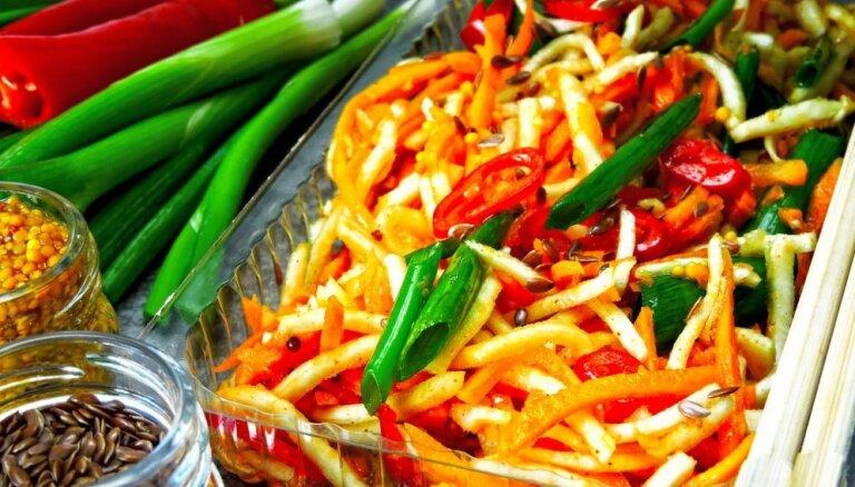 Atslodzes dienām: veselīgi dārzeņu salāti bez gaļas, kas vislabāk garšos tieši ziemā