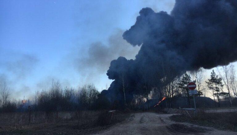 Несмотря на погоду, за сутки пришлось тушить шесть пожаров сухой травы