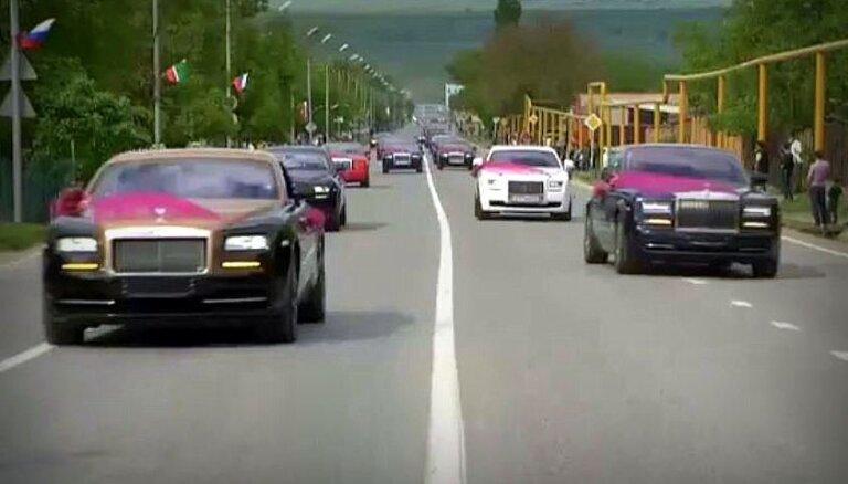 Nepārredzama 'Mercedes' svīta un 200 zirgu sacīkstes – Kadirovu klans rīko kāzas