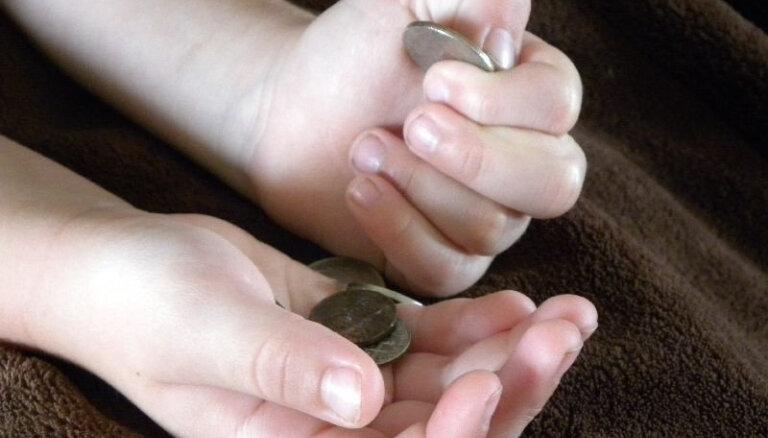 Valsts vēršas pret alimentu nemaksātājiem - vairākiem desmitiem apķīlā īpašumus