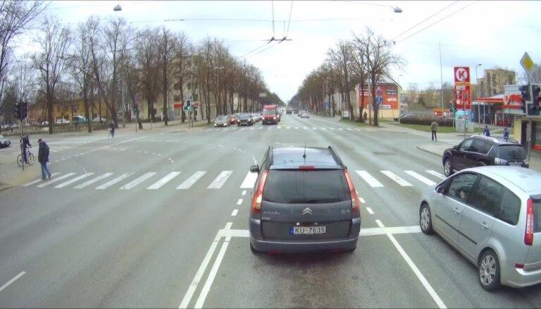 Auto aizbrauc pie sarkanās gaismas