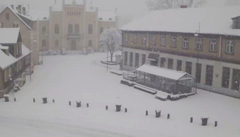 Daļu Kurzemes pārklājusi pamatīga sniega sega