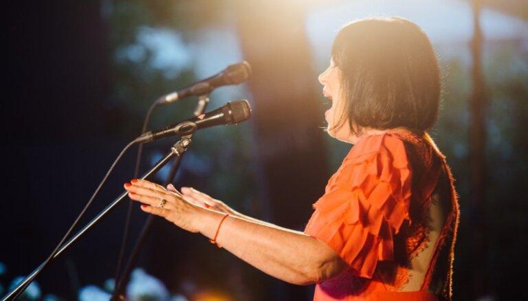 Foto: Kalnciema kvartālā aizvadīts operas dīvas Ineses Galantes koncerts
