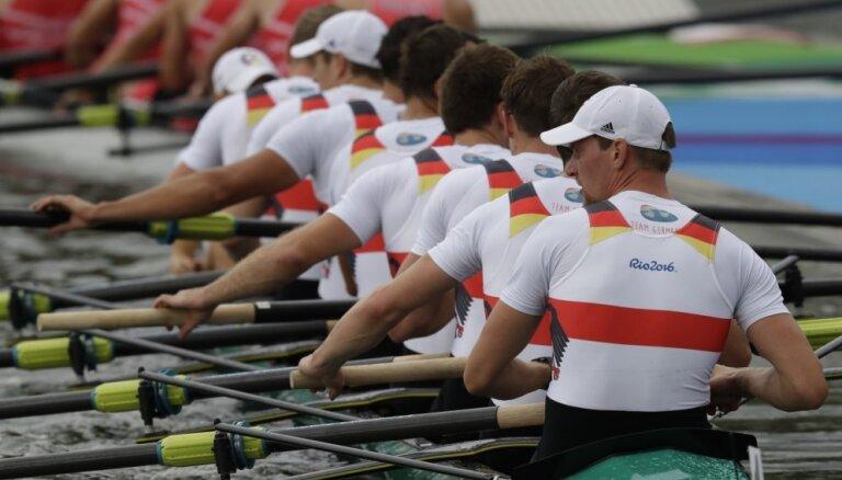 Negaidīti miris divas olimpiskās medaļas izcīnījušais vācu airētājs Reinelts