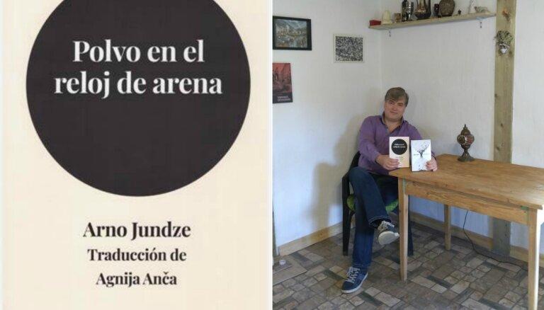 Meksikā pozitīvi novērtēts Arno Jundzes romāna 'Putekļi smilšu pulkstenī' tulkojums