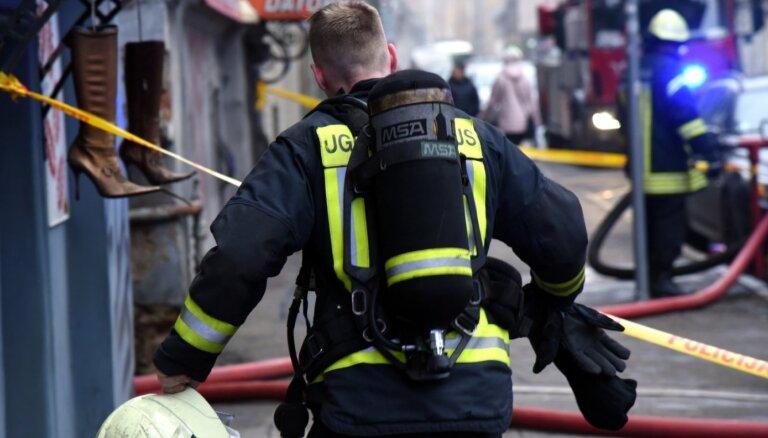 Daugavpilī ugunsgrēkā cieš divi cilvēki; Rīgā pašu spēkiem evakuējas 50