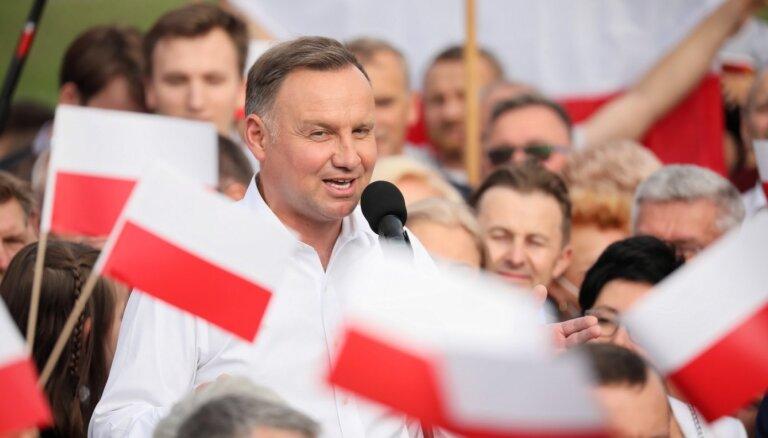 Polijas prezidenta vēlēšanās ar nelielu pārsvaru uzvarējis Duda