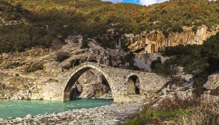 Termālie baseini Albānijā, kas meklējami ainaviskā vietā