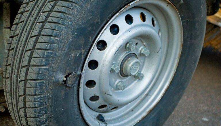 Проколоть колесо и обокрасть: в Риге задержан иностранец, воровавший из машин