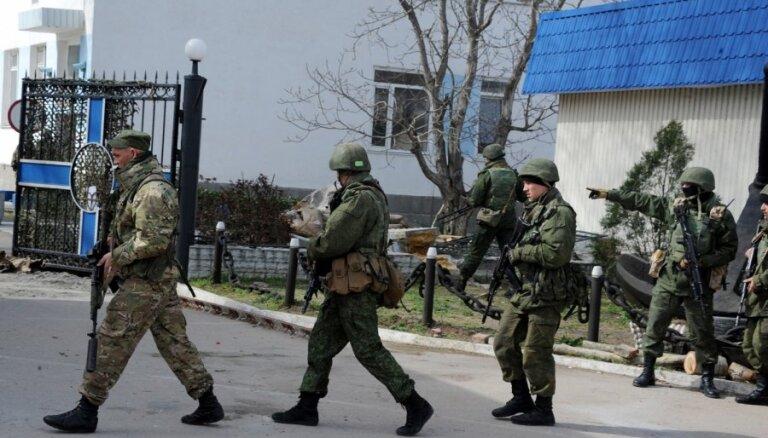 Kremlis: Vai Ukrainas karavīri no Krimas aizies ar ieročiem, lems Krievija