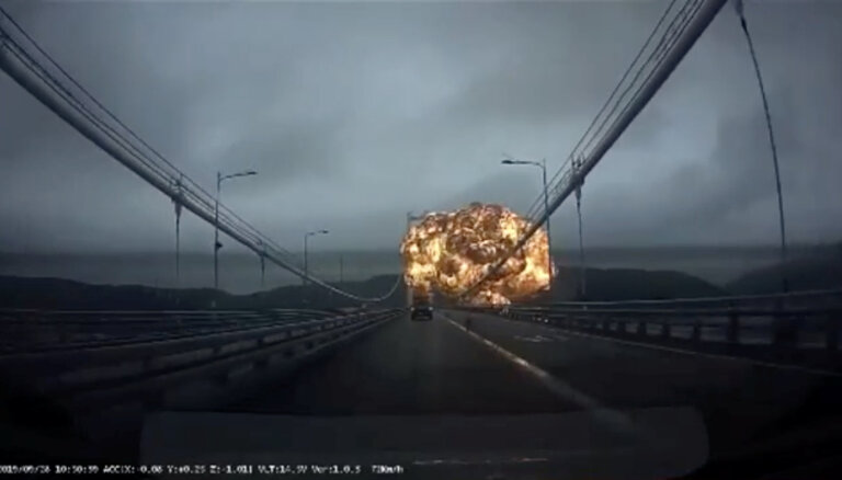 Sprādziena izraisītā ugunsgrēkā uz tankkuģa Dienvidkorejas ostā cietuši 18 cilvēki