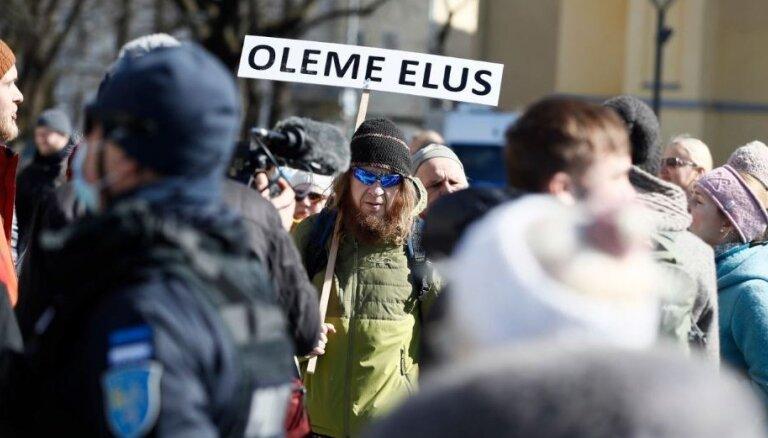 Foto: Tallinā protestē pret Covid-19 ierobežojumiem; vairāki aizturētie