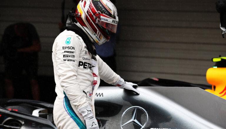 Hamiltons uzvar Japānas 'Grand Prix' kvalifikācijā; Fetels sāks no astotās pozīcijas