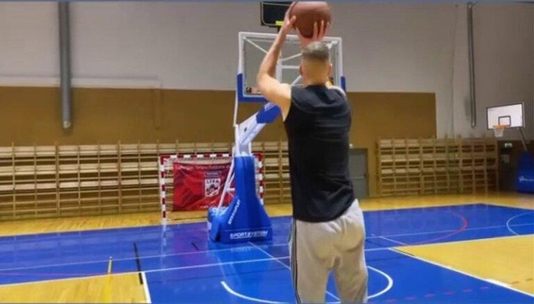 ВИДЕО: Порзиньгис демонстрирует исключительную точность броска на тренировке