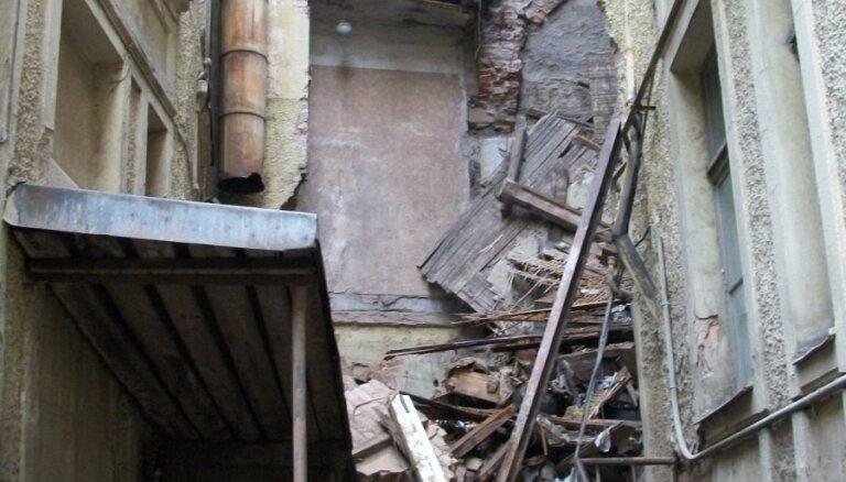 Собственников обязали привести в порядок развалины на ул. Пейтавас и ул. Бривибас