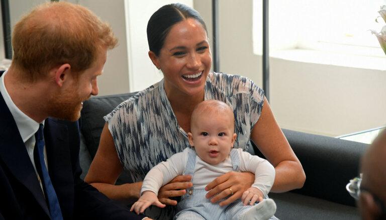 Foto: Prinča Harija dēliņš Ārčijs Keiptaunā ciemojas pie arhibīskapa Tutu