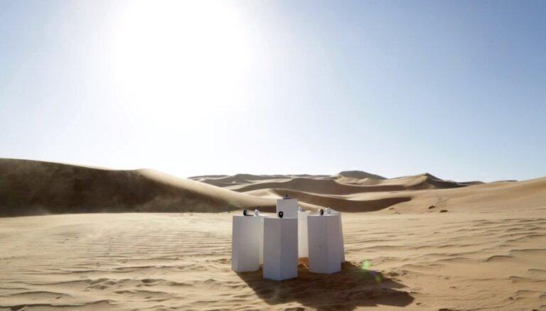 Namiba tuksnesī uzstādīta instalācija, kas mūžīgi atskaņos astoņdesmito gadu hitu