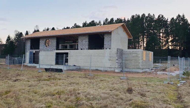 Aizdomās par korupciju turētais Brandavs kāpu aizsargjoslā būvē māju, vēsta raidījums