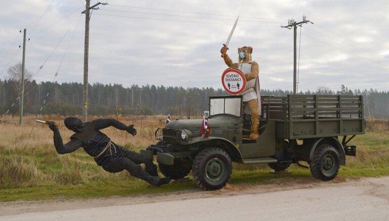 Foto: Uz Liepājas šosejas iedzīvotājus sajūsmina veltījums Lāčplēša dienā