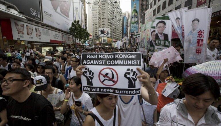 Desmitiem tūkstoši Ķīnai piedrošajā Honkongā piedalās demokrātijas atbalsta gājienā