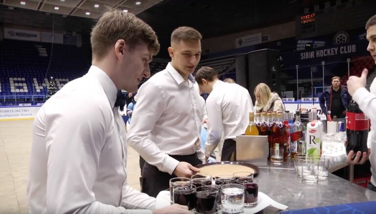 Video: Novosibirskas 'Sibirj' hokejisti kļūst par viesmīļiem un bārmeņiem fanu ballītē