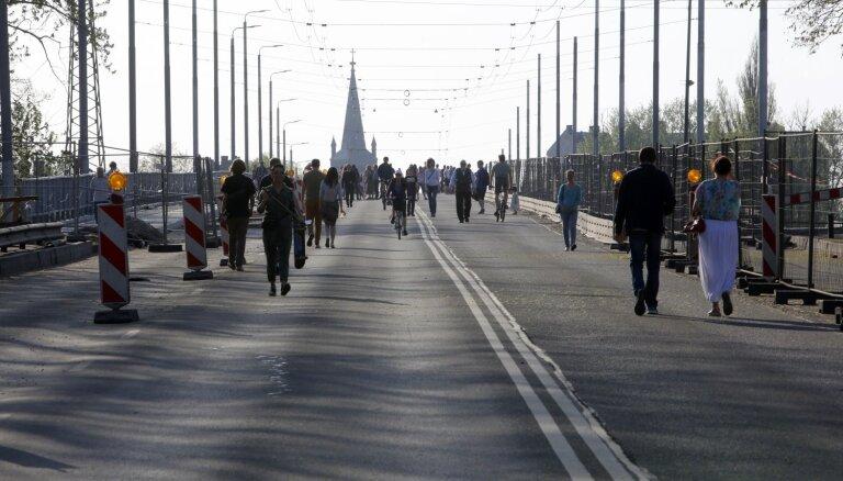 Pa Deglava tiltu atsāks kursēt sabiedriskais transports (plkst. 13.49)