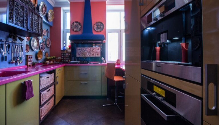 Ar austrumniecisku piesitienu Rīgas centrā – neparasts dzīvoklis visās varavīksnes krāsās