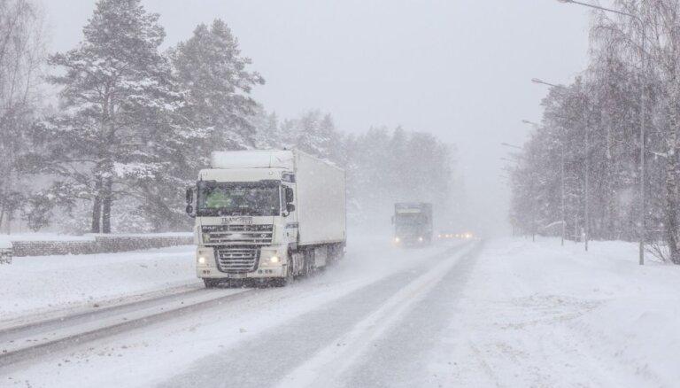 Sinoptiķi brīdina par stipru snigšanu un lietu