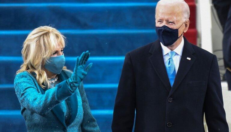 Džila Baidena inaugurācijā 'nešikoja' – aplēsta viņas zilā komplekta dārdzība