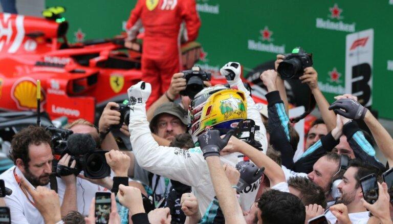 Hamiltons uzvar Brazīlijas 'Grand Prix', 'Mercedes' kārtējo reizi triumfē Konstruktoru kausā