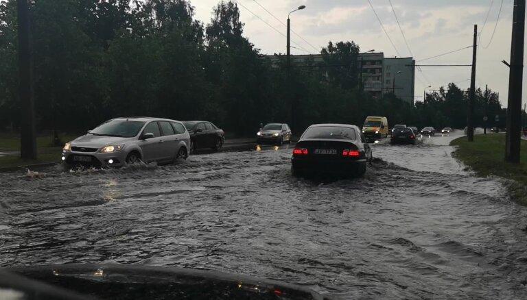 Video: Pēc spēcīgām lietavām applūdusi Hipokrāta iela Rīgā