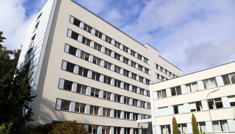 Trešdaļa saslimušo Vidzemes slimnīcas darbinieku ar Covid-19 esot inficējušies iestādē