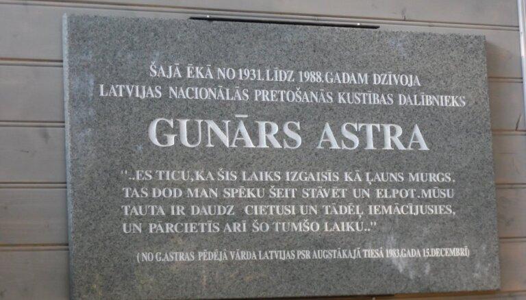 Uzstādīta piemiņas plāksne Gunāram Astram