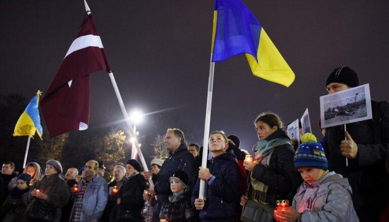 Foto: Pie Brīvības pieminekļa Rīgā piemin Ukrainas Golodomora upurus