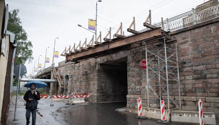 РД занялась укреплением опор Воздушного моста, ему тоже необходим ремонт